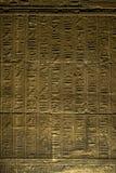象形文字美好的系列在一个内墙上的在Isis寺庙在菲莱的在埃及 免版税库存照片