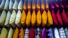 象彩虹的色的纹理纺织品枕头 免版税库存图片