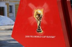 象征主义在红色背景的世界杯足球赛2018年 库存图片
