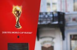 象征主义在红色背景的世界杯足球赛2018年 图库摄影