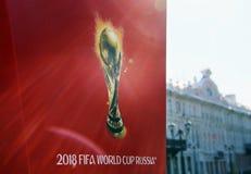 象征主义在红色背景的世界杯足球赛2018年 免版税库存照片