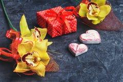 象征性两心脏和礼物 免版税库存图片