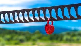 象征爱的唯一心形的红色挂锁 免版税图库摄影