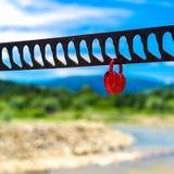 象征爱的唯一心形的红色挂锁 免版税库存照片