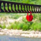 象征爱的唯一心形的红色挂锁 免版税库存图片