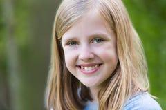 画象微笑前青少年的女孩户外 免版税库存照片