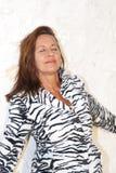 有吸引力的轻松的成熟妇女斑马外套 免版税库存图片
