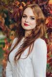 画象愉快美好红发女孩微笑 免版税库存照片