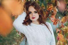 画象愉快美好红发女孩微笑 免版税库存图片