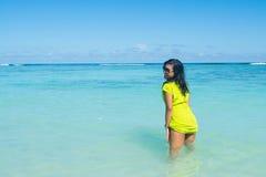 画象接近站立在海洋和做性感的姿势的年轻美丽的亚裔女孩 免版税图库摄影