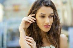 画象接近米黄dre的年轻美丽的深色的妇女 库存照片