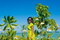 画象接近年轻美丽的亚裔女孩在春黄菊花田 库存照片