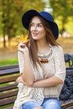 画象接近年轻美丽的白肤金发的女孩 免版税图库摄影