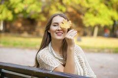 画象接近年轻美丽的白肤金发的女孩 图库摄影