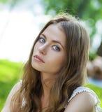 画象接近年轻美丽的白肤金发的妇女,背景的 免版税库存照片