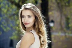 画象接近年轻美丽的白肤金发的妇女,背景的 免版税库存图片