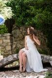 象新娘的美丽的女孩穿戴礼服 免版税库存照片