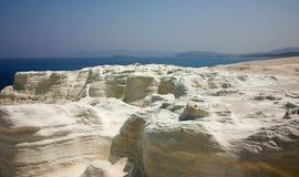 象月亮的岩石和海视图 免版税库存图片