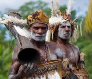画象有一个部族礼节鼓的Asmat战士 图库摄影