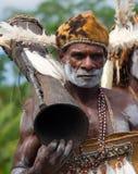 画象有一个部族礼节鼓的Asmat战士 免版税库存照片