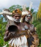 画象有一个部族礼节鼓的Asmat战士 免版税库存图片