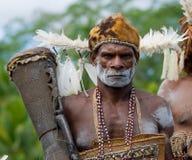 画象有一个部族礼节鼓的Asmat战士 库存照片