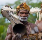 画象有一个部族礼节鼓的Asmat战士 免版税图库摄影