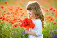 画象有野花花束的一点秀丽女孩 免版税库存照片