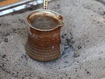 象服务的小的土耳其水的cezve咖啡冷浓咖啡玻璃 股票录像