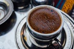 象服务的小的土耳其水的cezve咖啡冷浓咖啡玻璃 库存照片