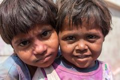画象未认出的印地安孩子在Vrindava,印度街道上的Holi庆祝时  免版税库存图片