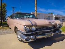 象桃红色卡迪拉克的经典美国老朋友汽车在路线66 -斯特劳德-俄克拉何马- 2017年10月16日 免版税库存照片