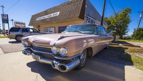 象桃红色卡迪拉克的经典美国老朋友汽车在路线66 -斯特劳德-俄克拉何马- 2017年10月16日 图库摄影