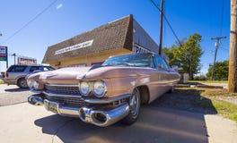 象桃红色卡迪拉克的经典美国老朋友汽车在路线66 -斯特劳德-俄克拉何马- 2017年10月16日 免版税库存图片