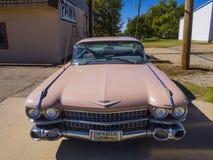 象桃红色卡迪拉克的经典美国老朋友汽车在路线66 -斯特劳德-俄克拉何马- 2017年10月16日 库存图片