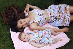 象母亲喜欢女儿 在相似的礼服的家庭 库存图片