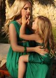 象母亲喜欢女儿 有她的孩子的美丽的孕妇 库存照片