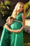 象母亲喜欢女儿 有她的孩子的美丽的孕妇 免版税库存图片