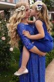 象母亲喜欢女儿 有她的孩子的美丽的孕妇 免版税库存照片