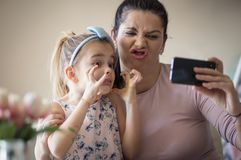 象母亲的女儿 免版税库存照片