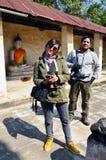 画象泰国人摄影师和妇女摄影师Aranyikawas寺庙的 免版税库存图片