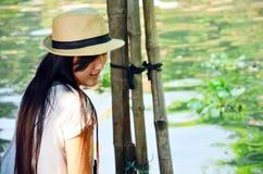 画象泰国妇女在Klong拉特Mayom运河浮动市场上 免版税库存图片