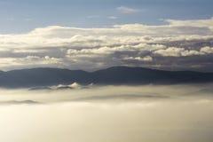 象海岛的山云彩和雾海洋的  免版税库存图片