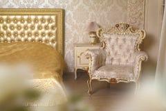 象牙卧室的舒适时髦的葡萄酒角落 免版税库存图片