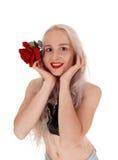画象的微笑的妇女与红色玫瑰 免版税图库摄影