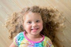 画象的愉快的微笑的小女孩关闭 免版税库存照片