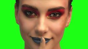 画象的美好的深色的面孔关闭在绿色屏幕上 股票录像