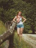 画象相当,年轻人,站立在关于篱芭的绿色草甸,庞贝城,意大利的玻璃的逗人喜爱的妇女 免版税库存图片