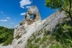 象石柱子的白垩纪`歌剧女主角`立场,并且不崩溃受自然元素的影响 库存图片