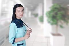 画象确信的年轻女性医生 免版税库存照片